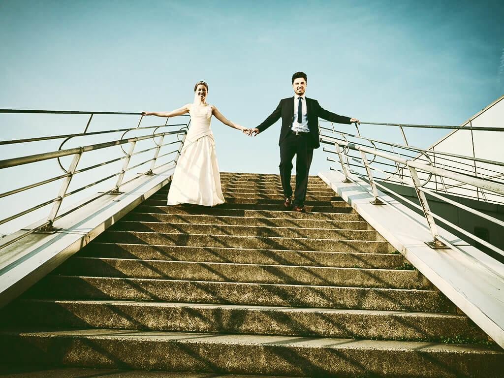 Hochzeitspaar auf Treppe Fotostudio Hosenfeldt Fotoshooting Wuppertal