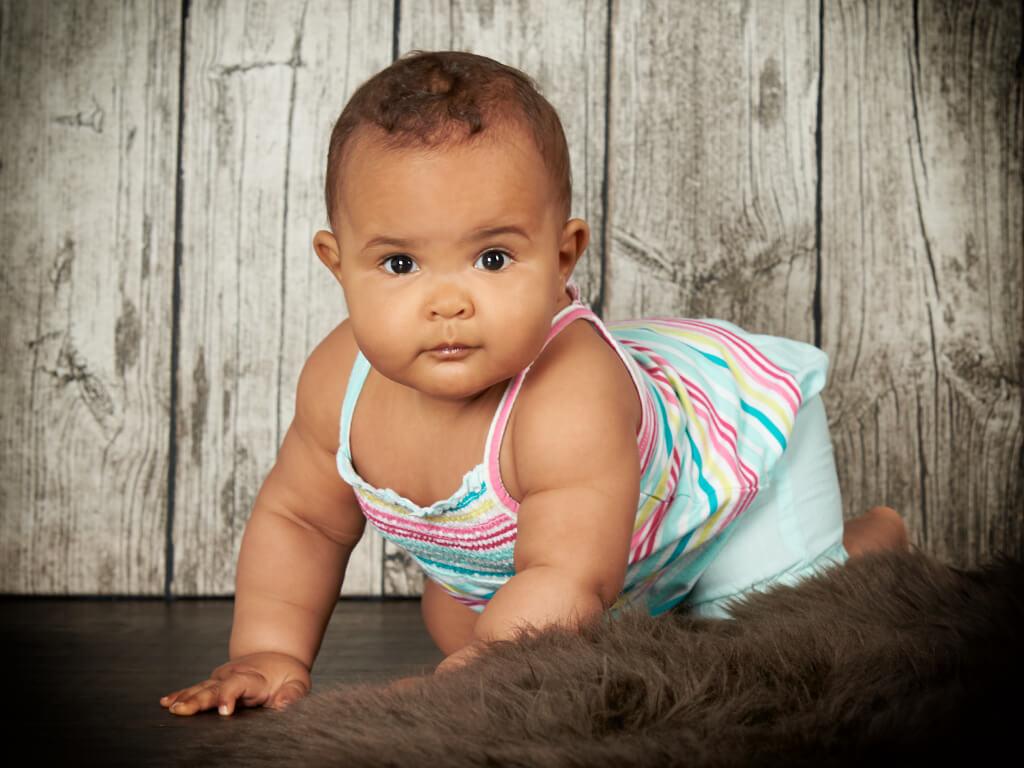 Baby krabbelt im Fotostudio Hosenfeldt Wuppertal
