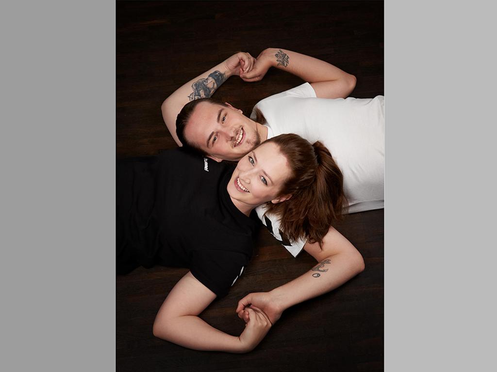 Paar auf Boden imFotostudio Hosenfeldt, Wuppertal