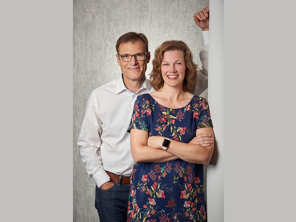 Paar an Saeule gelehnt Fotostudio Hosenfeldt Wuppertal