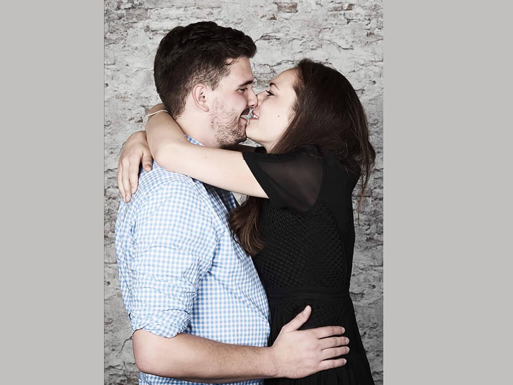 Paar um den Hals fallend Fotostudio Hosenfeldt Wuppertal
